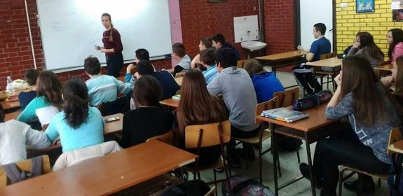 Vršnjačke edukatorke prenose znanja učenicima/ama osnovnih škola u gradu Požarevcu
